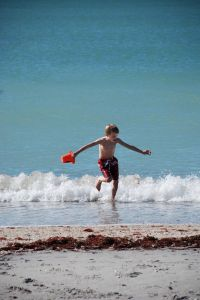 937514_kids_at_the_beach_1